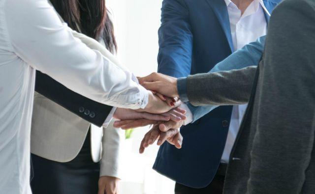 V težkih gospodarskih razmerah zaposleni potrebujejo še večjo podporo delodajalca, vračajo mu s pripadnostjo podjetju. FOTO: S. Siriporn/shutterstock