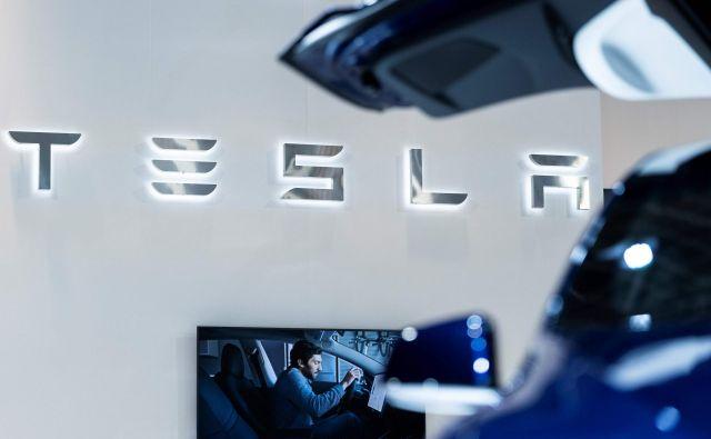 Podjetje Tesla še naprej kljubuje trendom, povečuje prodajo in zdaj tudi ustvarja dobiček.<br /> FOTO: Kenzo Tribouillard/AFP