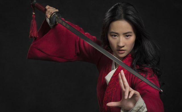 Premiera akcijske pustolovščine o neustrašni kitajski bojevnici Mulan režiserke Niki Caro z igralko Yifei Liu bo avgusta. Foto Promocijsko gradivo