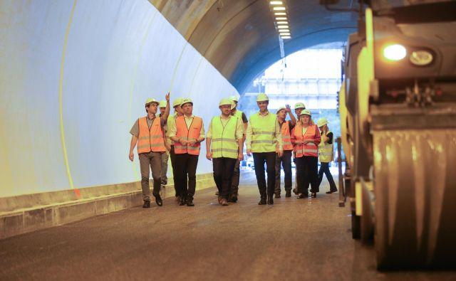 Obnova zahodne cevi predora Golovec poteka po načrtih in bo predvidoma 17. avgusta odprta za promet, je na ogledu gradbišča dejal minister za infrastrukturo Jernej Vrtovec.<strong> </strong>Foto Voranc Vogel