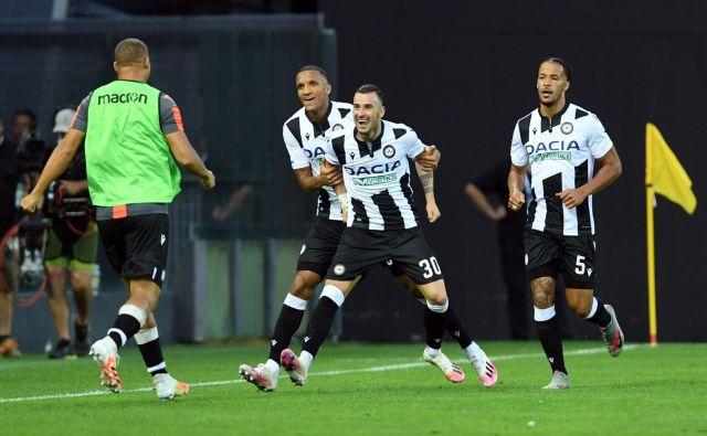 Makedonec Ilija Nestorovski je v skupaj s soigralci proslavil prvi gol proti Juventusu. FOTO: Jennifer Lorenzini/Reuters