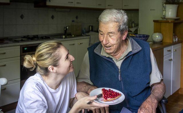 Študentje na medgeneracijskih počitnicah v Franciji ne nadomeščajo negovalk, ampak so samo ustrezno usposobljena in preverjena poletna družba starejšim, ki si to lahko privoščijo. Foto Voranc Vogel