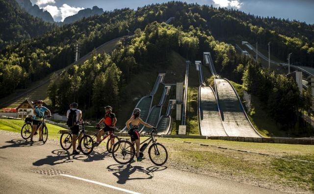 Zlasti v času odkrivanja Slovenije je kolo priročno prevozno sredstvo. FOTO: Voranc Vogel/Delo