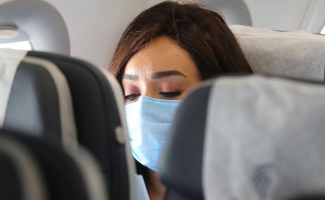 Ukrepi na letalu so sicer odvisni od letalske družbe, vendar je na večini obvezno nošenje maske, tako tudi pri vseh prevoznikih, ki trenutno letijo iz Slovenije. FOTO: Mohamed Abd El Ghany/Reuters