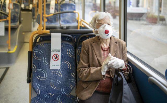 Nošenje mask tako priporočajo na avtobusih, vlakih in letalih ter letališčih in postajah. FOTO: Voranc Vogel/Delo