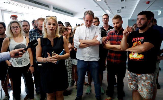 UrednicaVeronika Munk z novinarskimi kolegi madžarskega Indexa po odpovedi. FOTO: Bernadett Szabo/Reuters