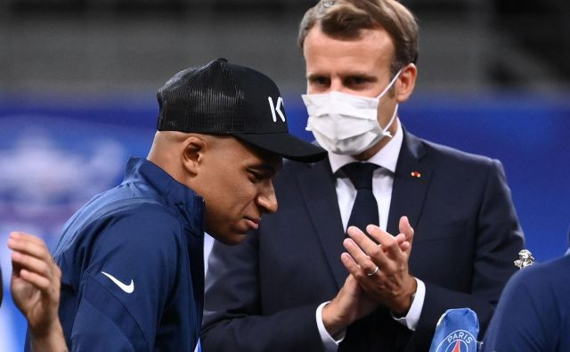 Francoski predsednik Emmanuel Macron se je na slovesni podelitvi osebno pozanimal pri Kylianu Mbappéju, kako je z njegovim gležnjem. FOTO: Franck Fife/AFP
