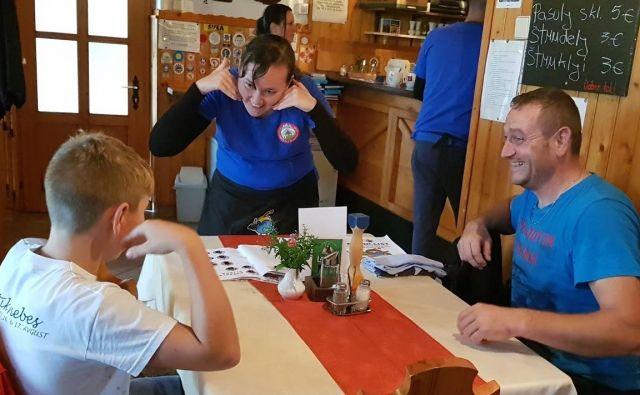 Gluhi pomagajo gostom s prikazom kretenj. Foto arhiv GSPK