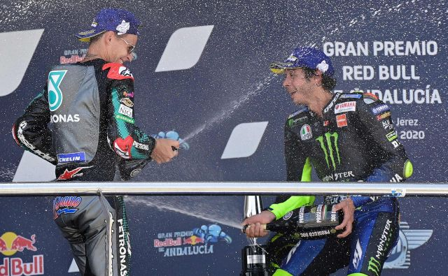 Fabio Quartararo (levo) in Valentino Rossi desno) sta si dala duška po drugi zaporedni dirki v Jerezu. FOTO: Javier Soriano/AFP