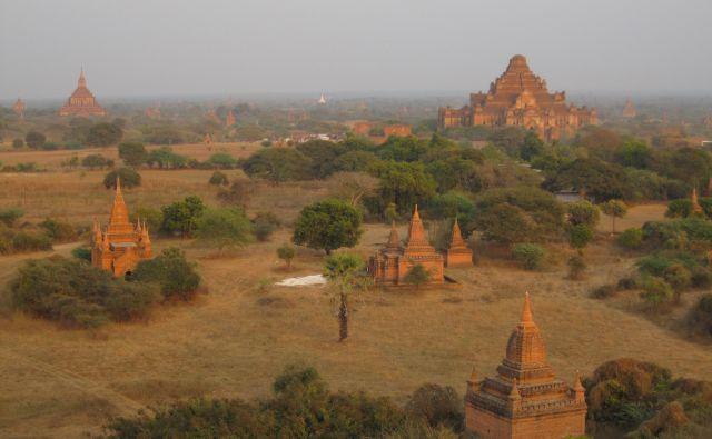 Na stotine opečnatih templjev v Baganu že tisočletje priča, da je Burma dežela različnih etnij, združenih pod skupno budistično vejo – teravada. FOTO:Alen Steržaj