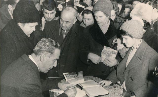 Ivo Andrić se je v najstniških letih pod vplivom Župančiča učil tudi slovenščine. Pol stoletja pozneje se je spominjal: »Užival sem v tej poeziji, in ne samo v poeziji, ampak tudi v slovenskem jeziku, dopadel se mi je slovenski način izražanja, stih, akcenti …« Na fotografiji iz leta 1962 Andrić podpisuje knjige v Ljubljani. FOTO: Edi Šelhaus