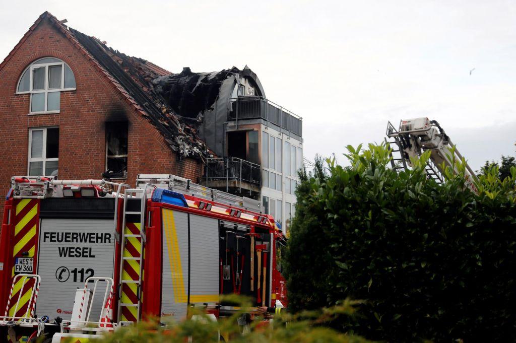FOTO:Po strmoglavljenju letala na hišo tri žrtve