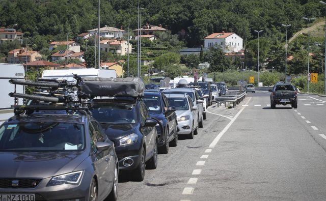 Ob višku poletne sezone je na cestah po Sloveniji tudi danes povečan promet, ponekod nastajajo zastoji. FOTO: Jože Suhadolnik