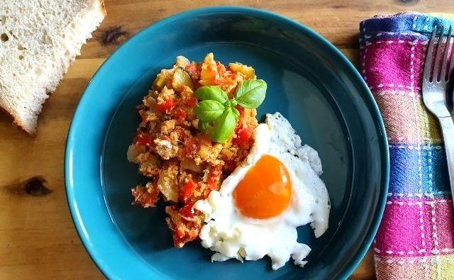 Sataraš se običajno uživa kot topla predjed, kot priloga k mesnim jedem ali pa kar kot samostojna jed z rižem in krompirjem. FOTO: Tanja Drinovec