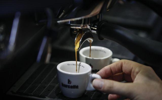 Kofein je naravni alkaloid, ki se po zaužitju hitro absorbira v krvožilni sistem in doseže največji učinek v 30–60 minutah. FOTO: Uroš Hočevar