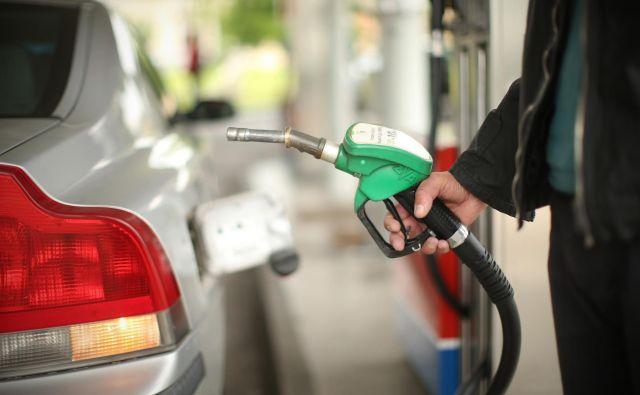 Kljub spremembi pri trošarinah bosta ceni obeh energentov na bencinskih servisih zunaj omrežja avtocest in hitrih cest tudi v prihodnjem 14-dnevnem obdobju ostali pri enem evru za liter, kolikor znašata od 7. aprila. FOTO: Jure Eržen/Delo