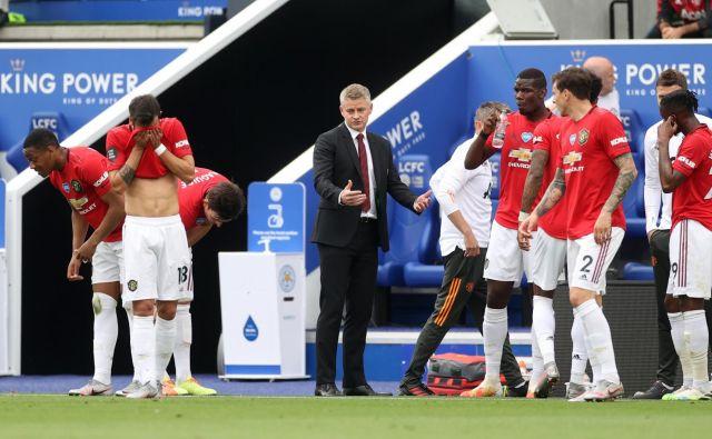 Lažje je zadihal tudi trener Manchester Uniteda Ole Gunnar Solskjær (v sredini), ki je na trenerskem stolčku nasledil Joseja Mourinha. Z uvrstitvijo v ligo prvakov je ohranil položaj trenerja. FOTO: Carl Recine Pool/Reuters