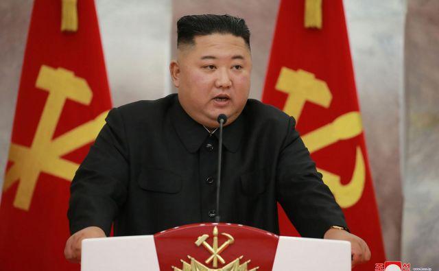 Kim Džong Un je ob novici o prvem domnevnem primeru covida-19 v državi nemudoma sklical partijsko vodstvo in razglasil izredno stanje.FOTO: AFP