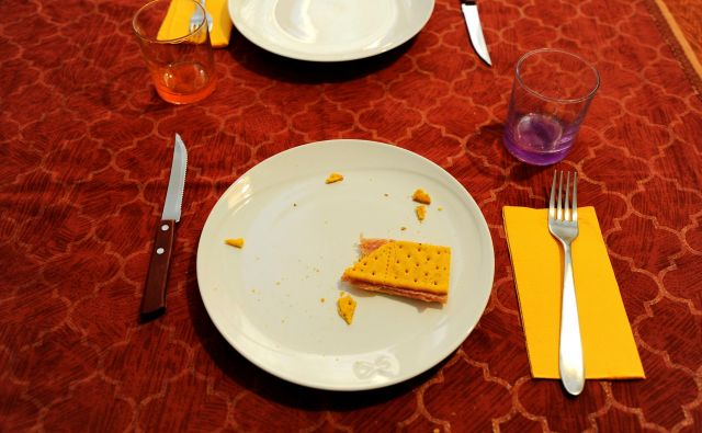 »... nož že ves čas obeda počiva ob njegovem krožniku, kot bergla, ki jo po obisku v Lurdu vnemar odvrže ozdravljen pohabljenec.« Stavek iz kratke zgodbe <em>Nož v ustih</em>. FOTO: Guglielmo Mangiapane/Reuters
