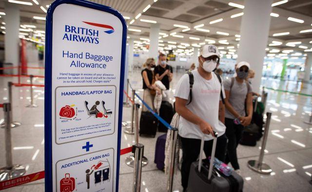 Potniki v pričakovanju poleta med Palmo de Mallorco in Londonom. FOTO: Jaime Reina/AFP
