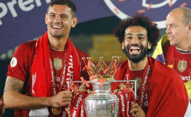 Pred dnevi se je Dejan Lovren takole s soigralcem Mohamedom Salahom razveselil lovorike v Liverpoolu. FOTO: Phil Noble/Reuters