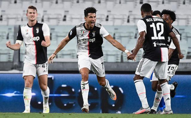 Nogometaši Juventusa s svojim prvim zvezdnikom Cristianom Ronaldom niso skrivali veselja ob novi lovoriki. Foto Marco Bertorello/AFP