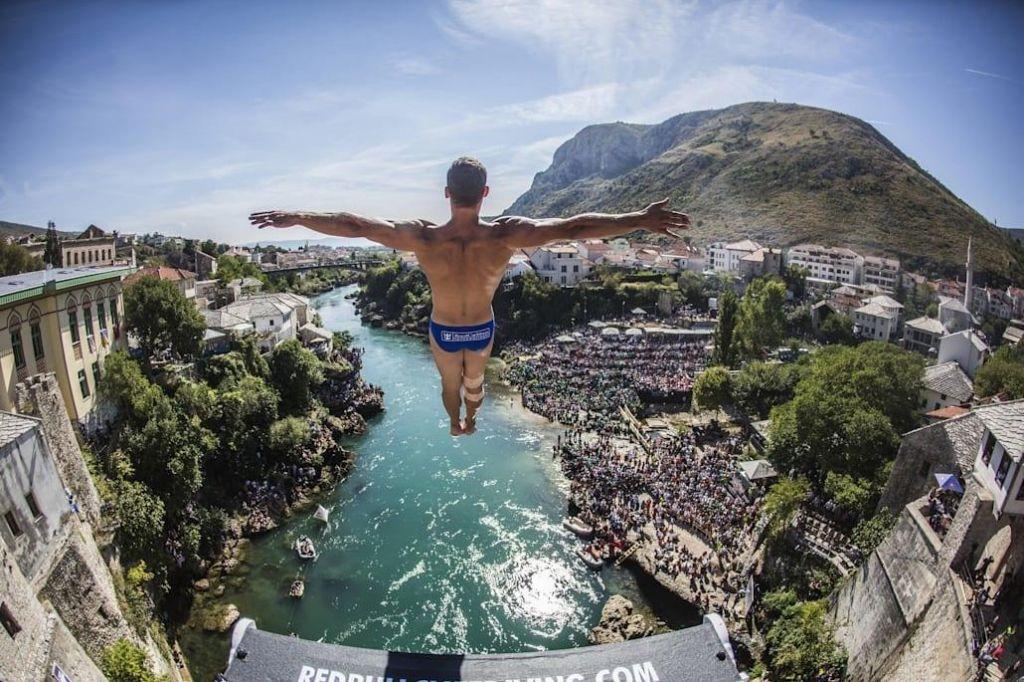 Skoki z mostu v Mostarju skoraj brez gledalcev