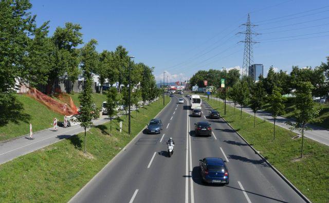 Na fotografiji že prenovljeni del Kajuhove, ki vodi proti ljubljanskemu BTC. Foto Vid Svetina