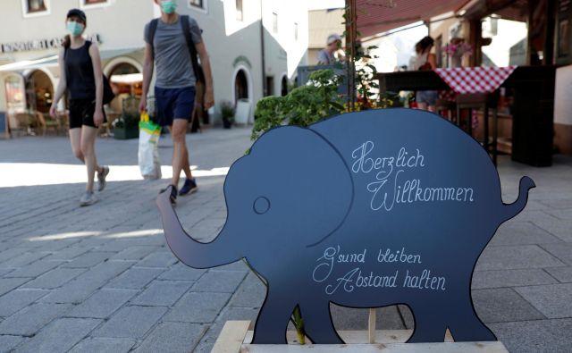Priljubljeno letovišče Sankt Wolfgang je v zadnjih dneh opustelo. FOTO: Leonhard Foeger/Reuters