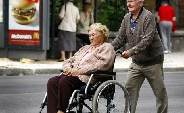 Invalidi imajo največ težav z mobilnostjo, premagovanjem ovir v javnem prevozu in z dostopnostjo objektov in storitev. Foto Aleš Černivec