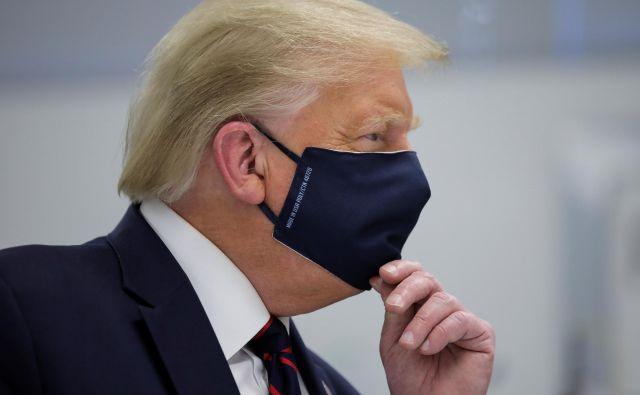 Ameriški predsednik Donald Trump je spet nosil zaščitno masko. FOTO: Carlos Barria/Reuters