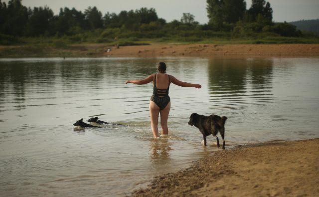 Za učenje plavanja in usvajanja veščin varnosti v vodi ni nikoli prepozno. Foto Jure Eržen