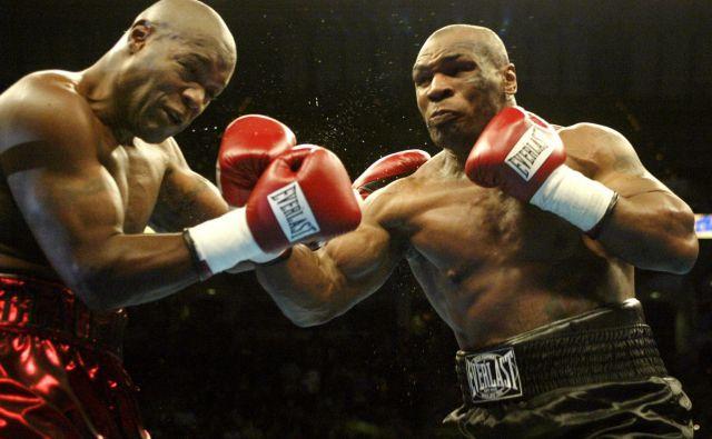 Večina tekmecev za Mika Tysona (desno) ni imela pravega protiorožja. FOTO: Peter Jones/Reuters