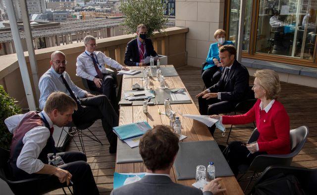 Predsednik evropskega sveta Charles Michel, nemška kanclerka Angela Merkel, francoski predsednik Emmanuel Macron in predsednica evropske komisije Ursula von der Leyen FOTO: Francisco Seco/Reuters