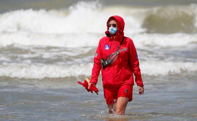 Glede nošenja mask so posebno strogi v letoviških krajih ob morju. Foto Reuters