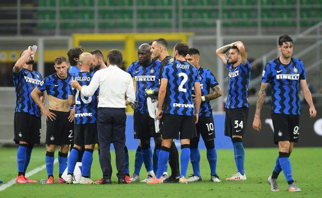 Dvoboj črno-modrih iz Bergama in Milana bo pika na i ene od najbollj nenavadnih sezon v zgodovini italijjanskih nogometnih prvenstev. FOTO: Daniele Mascolo/Reuters