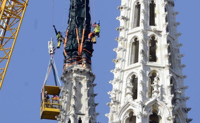 Povsem uničen je bil tudi vrh severnega stolpiča katedrale. Foto Bruno Konjević/Cropix