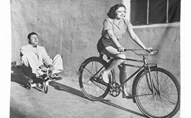 Gosposka ženska je torej na kolesu živa karikatura svojega spola, prava ironija ženske gracije...FOTO:Zgodovinski arhiv Celje