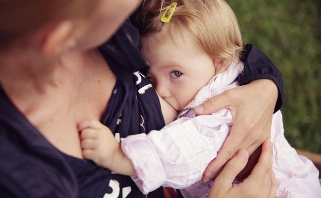 Svetovna zdravstvena organizacija priporoča izključno dojenje do šestega meseca in ob dopolnjeni hrani do dveh let ali več. FOTO: osebni arhiv Asje Samec