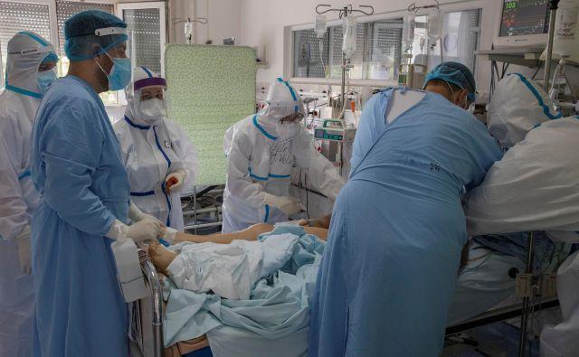 Srbija se bori z vztrajnim povečevanjem števila bolnikov. FOTO: Marko Djurica/Reuters