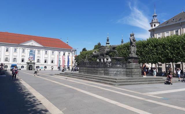 Novi trg s kipom zmaja, ki je po legendi živel v močvirju, na katerem leži Celovec.FOTO: Mitja Felc/Delo