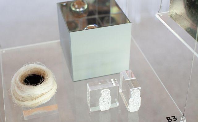 V vzorec idrijske čipke je konceptualna umetnica tokrat prenesla podobo Zemljana. FOTO: Eva Petrič