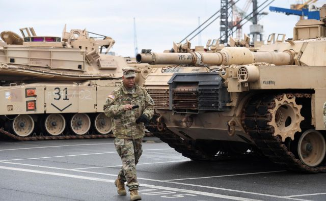 Ameriški tanki, tovornjaki in druga vojaška oprema bodo skupaj z delom ameriške vojske zapustili Nemčijo. FOTO: Reuters