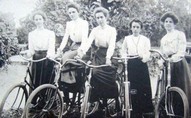 Ženska si že iz praktičnih razlogov, da ne govorimo o družbenomoralnih nazorih, kolesa ni uspela prisvojiti. FOTO: Arhiv Polet