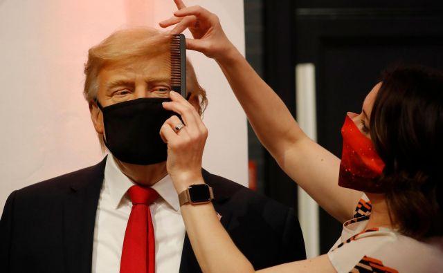 Zadnje urejanje voščene lutke Donalda Trumpa v muzejuMadame Tussaud. FOTO: Tolga Akmen/AFP