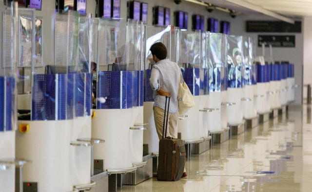 Prazna letališča so znak za težave v marsikateri poslovni dejavnosti. Bodo vaši kupci lahko plačali?<br /> FOTO: Antonio Bronic/Reuters