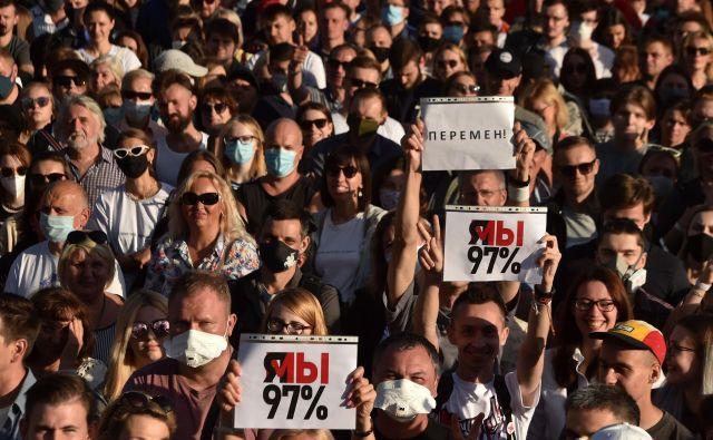 V beloruski prestolnici se je v četrtek zbralo več deset tisoč podpornikov sprememb na čelu države. FOTO: Sergej Gapon/AFP