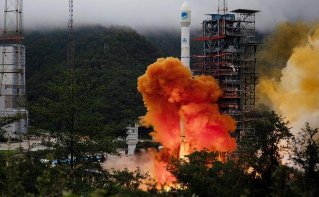 Včeraj je partijski in državni voditelj Xi Jinping, ki je tudi vrhovni poveljnik oboroženih sil, slovesno razglasil, da je navigacijski satelitski sistem BeiDou-3 (BDS-3) kompletiran. FOTO: China Daily/Reuters