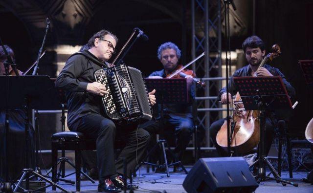 Richard Galliano je nastopil z italijanskim komornim orkestrom I Solisti Aquilani in flavtistom Massimom Mercellijem. Foto Festival Ljubljana