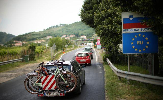 Na mejnih prehodih je gneča. FOTO: Jure Eržen/Delo
